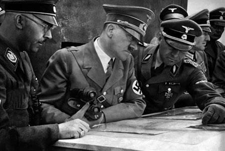 هیتلر و فرماندهانش در تدارک حمله ای دیگر