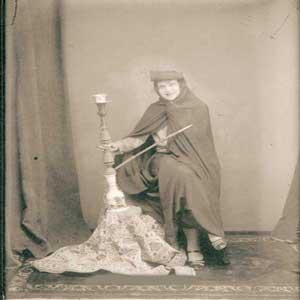 زن فرنگی در لباس قاجار