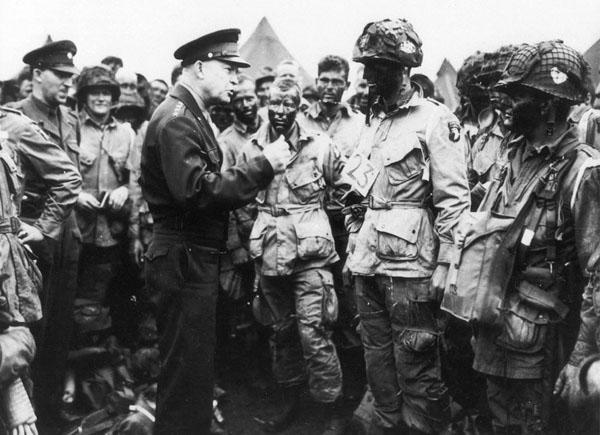 رئیس جمهوری امریکا در حال سخنرانی برای ارتش متفقین