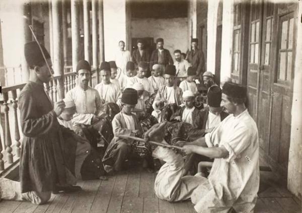 عکس/تنبیه کردن یک شاگرد در مکتب خانه عصر قاجار