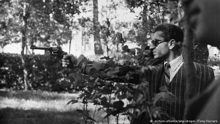 عکس/محمد رضا پهلوی در حین تمرین تیراندازی.