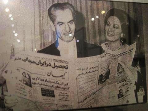شاه در حال خواندن روزنامه کیهان/ عکس