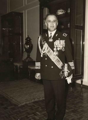 مسئول خریدهای نظامی شاه چه کسی بود