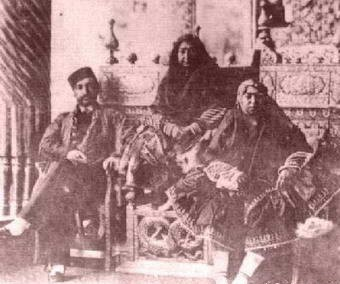 عکس/ناصرالدین شاه کنار مادر و خواهرش