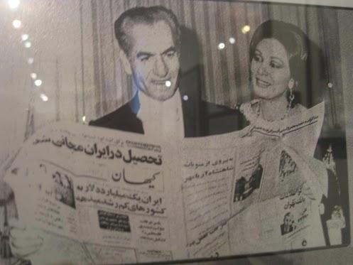 عکس/ شاه و فرح در حال خواندن روزنامه کیهان