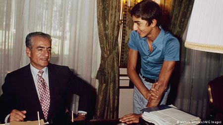 رضا پهلوی در اتاق کار پدرش. تاریخ ۱۹۷۶.