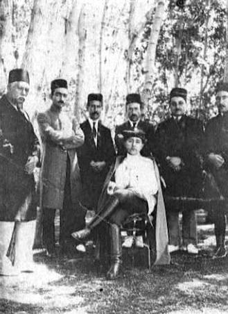 عکس/احمدشاه قاجار و درباریان