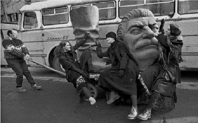 خداحافظی جوانان با چکمه استالین