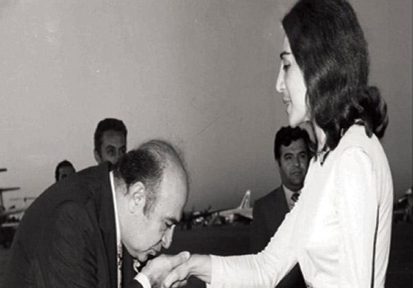 عکس/امیرعباس هویدا در حال دستبوسی
