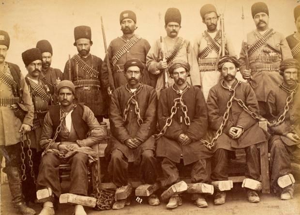 عکس/زندانیان قاجار در کنار زندانبانان