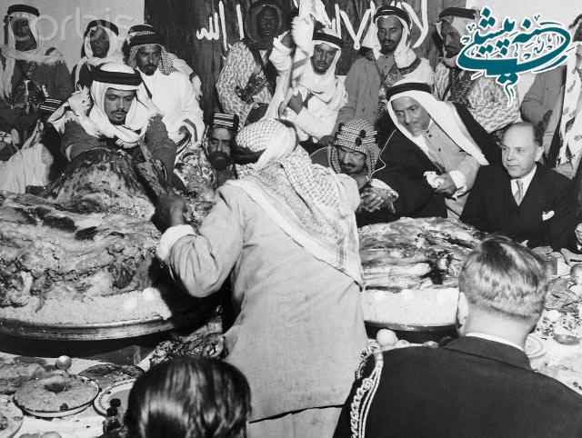 عکس/پادشاه عربستان در حال خوردن یک شتر