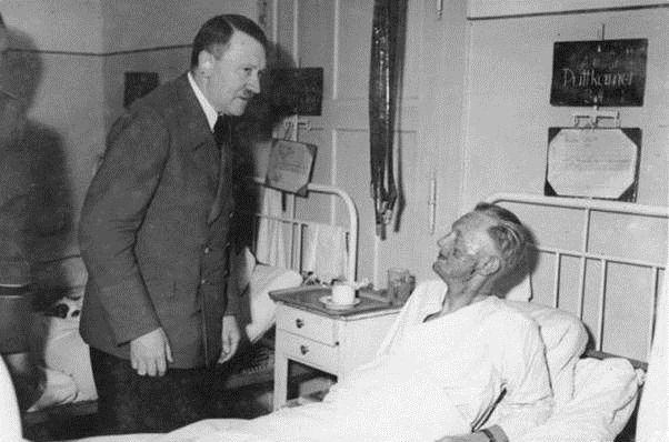 عکس/بازدید هیتلر از سربازان مجروح