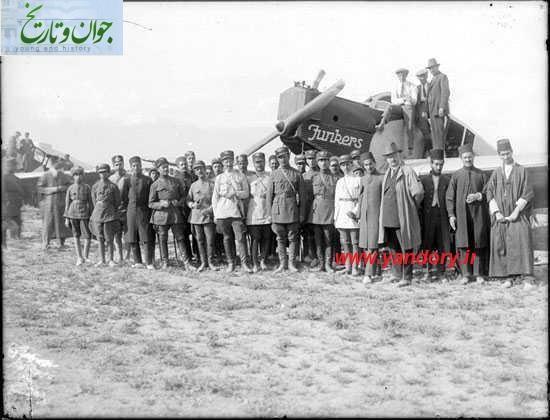 عکس یادگاری سربازان قزاق با هواپیما