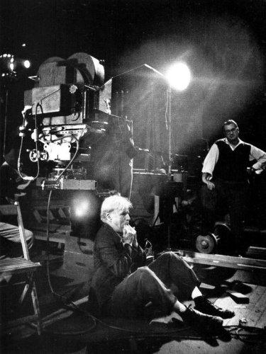 حرکت عجیب چارلی چاپلین در پشت صحنه/عکس