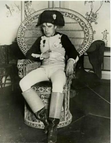 چارلی چاپلین با لباس ناپلئون/عکس