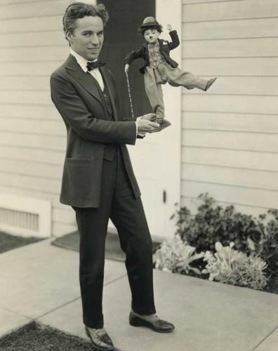 چارلی چاپلین با عروسکش/عکس