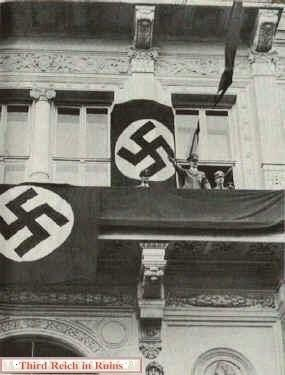 هیتلر در بالکن هتل کوبورگ/ عکس