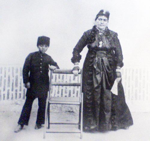 انیس الدوله در کنار ملیجک/عکس