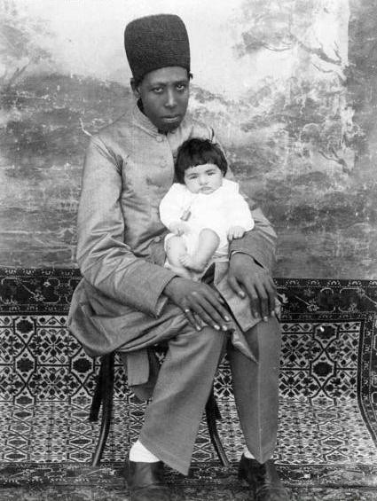 فرزند ظلالسلطان در آغوش یک غلام/عکس