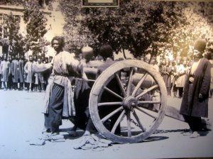 به توپ بستن مخالفان در زمان قاجار/عکس