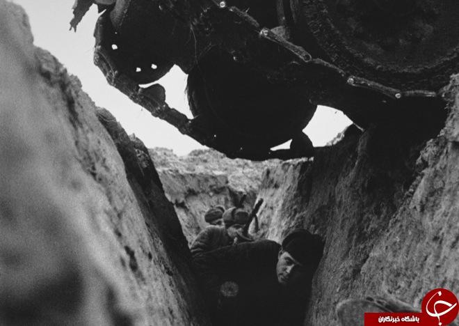 عکس/ سرباز روسی زیر تانک!