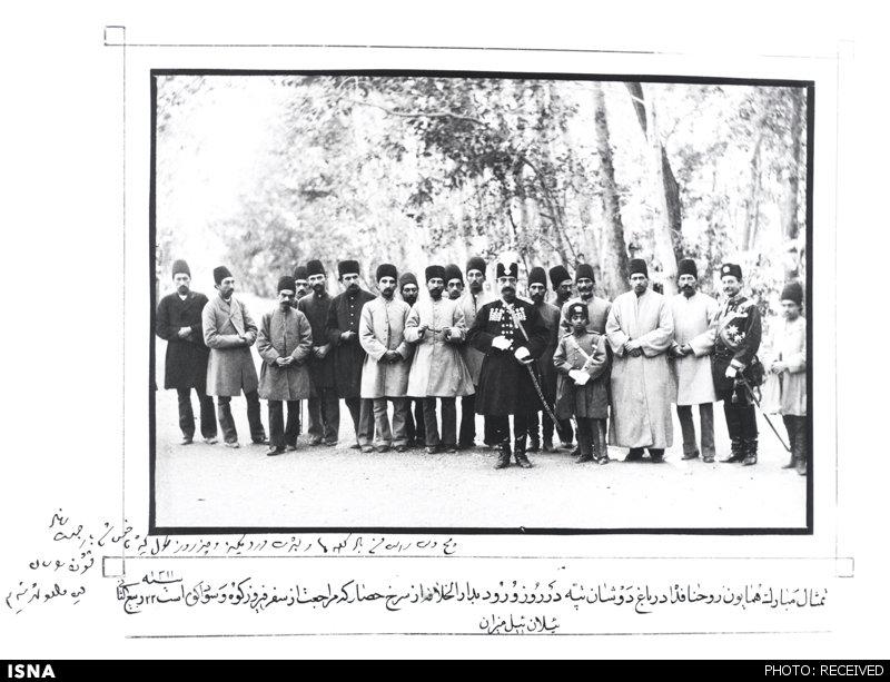 ناصرالدین شاه در میان درباریان/عکس