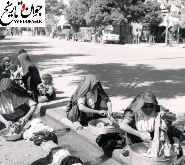 شستشوی لباس در نهر خیابان/عکس
