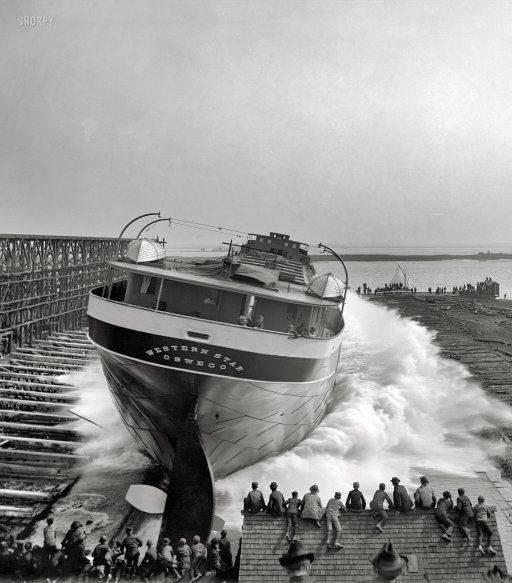 تماشای به آب  انداختن کشتی غول پیکر /عکس