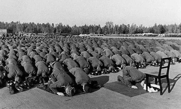 عکس/لشکر آلمان درحال اقامه نماز!