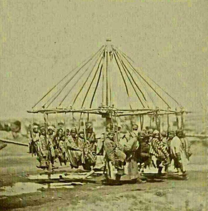 عکس/چرخ فلکی قدیمی و چوبین در زمان قاجار