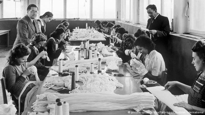 یک کارگاه تعمیر جوراب های نایلونی زنانه در حدود سال 1960