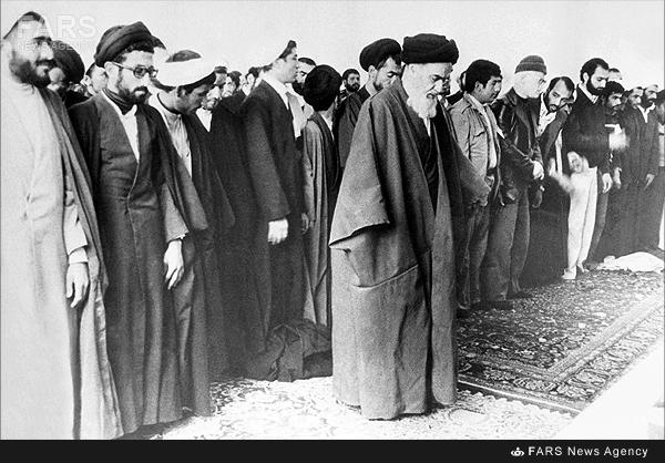 اولین نماز جماعت امام(ره) پس از بازگشت به قم/عکس