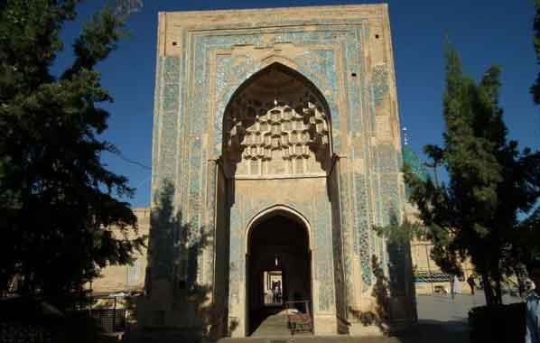 نمائی از گنبد غازان خان و منار بسطام در دوره ناصری
