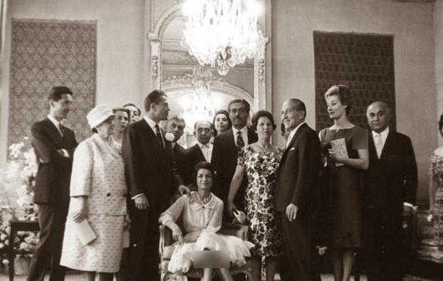 اشرف پهلوی در بازدید از سینمای متعلق به اسدالله رشیدیان در تهران