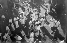 قمه زنی عزاداران در روز عاشورا در اواخر دوره قاجاریه