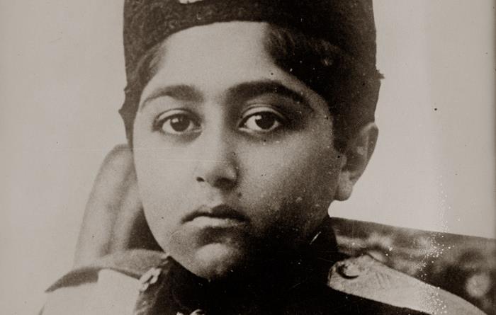 تصویری از همکلاسی های احمد شاه در سنین کودکی در لباس نظامی