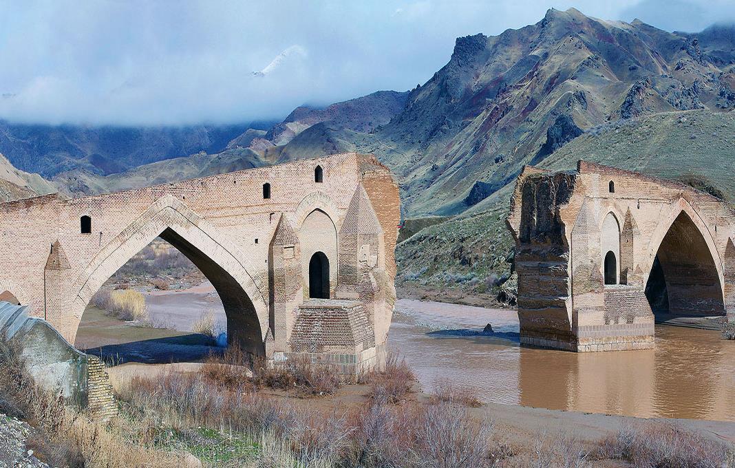 تصویری از پل غافلان کوه تبریز در دوره قاجاریه