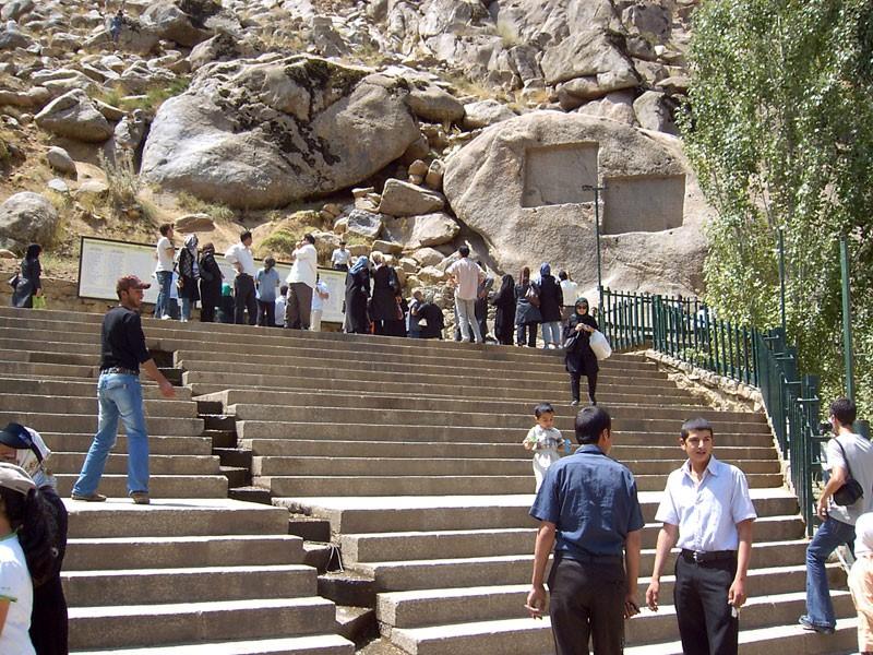 دو کتیبه باستانی در گنجنامه همدان