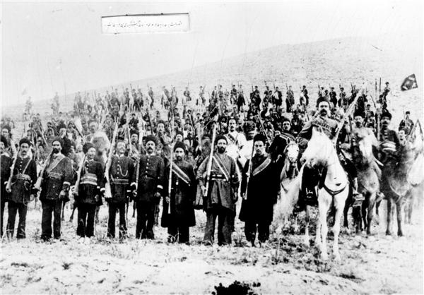 تصویر جمعی از سربازان ژاندارمری تبریز به هنگام آموزش نظامی در اواخر دوره قاجار