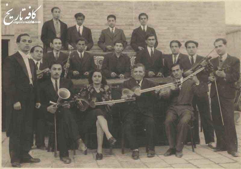 تصویری از نوازنده زن در کنسرت موسیقی در دوران کشف حجاب
