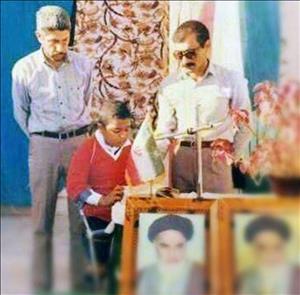 عکس دیده نشده ای از تلاوت قرآن در صف مدرسه توسط خواننده محبوب پاپ