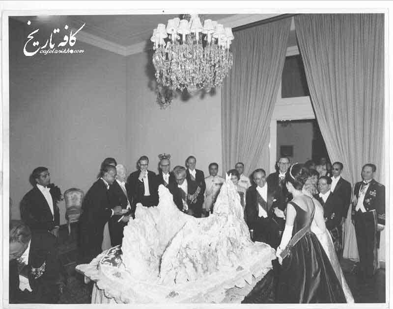 دربار پهلوی با بوجه های گزاف حقوق مستخدمین خود را نمی دهد!