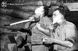 تصویر جالبی از اصلاح ریش با استفاده از تیزی تبر در طول جنگ جهانی دوم؛ ۱۹۴۱