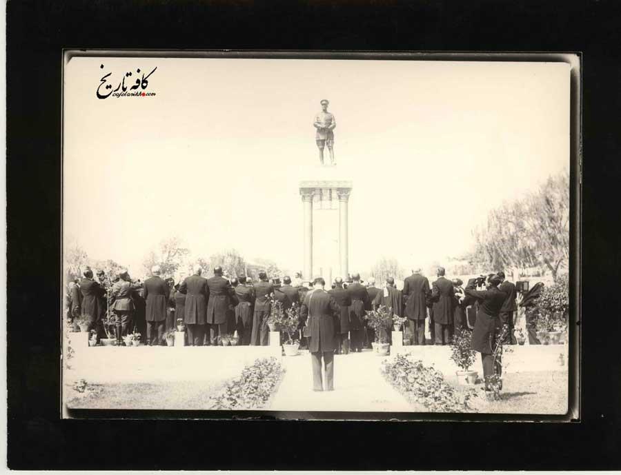 پرده برداری از مجسمه رضاشاه دریکی از میادین تهران