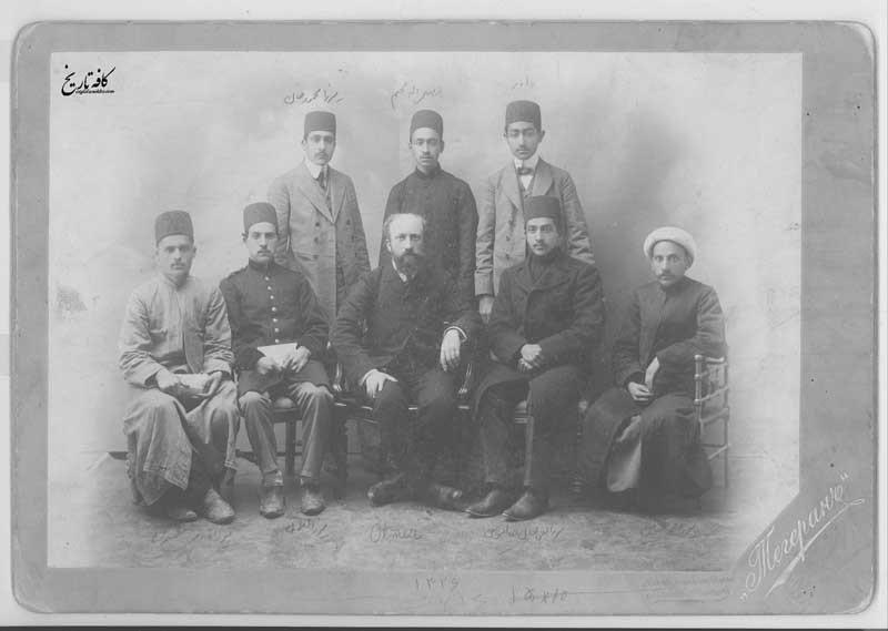 تصویری از معلم شیمی دارالفنون در کنار شاگردانش