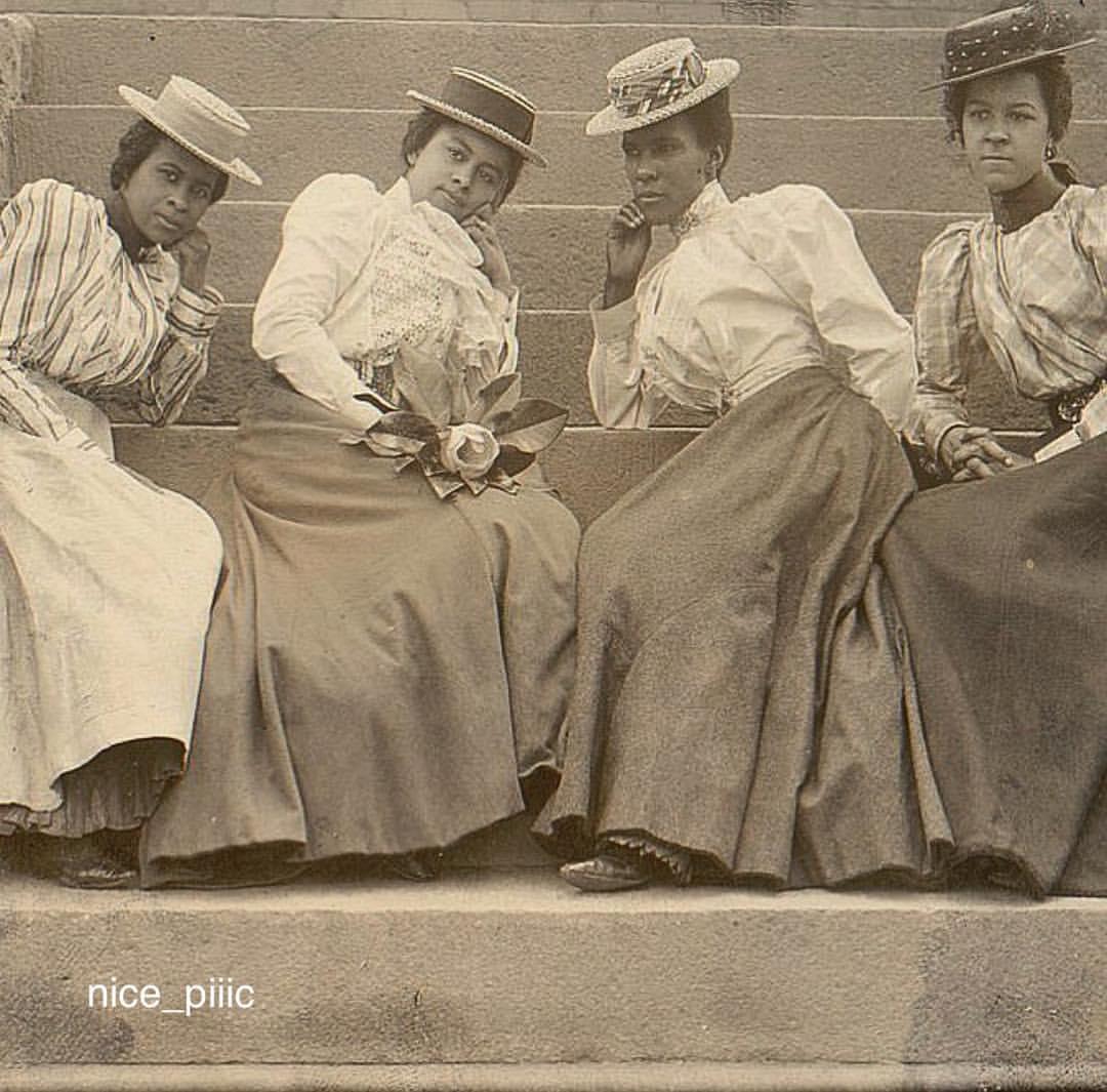 تیپ دانشجویان دختر دانشگاه آتلانتا در آمریکا، سال ۱۸۹۹ میلادی