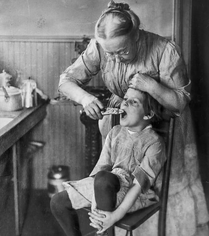 تصویری از دندانپزشک خانگی در آمریکا؛ ۱۹۲۰