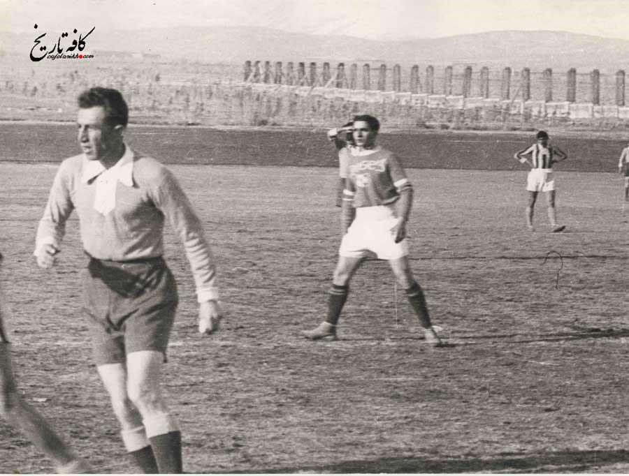 تصویری از محمدرضا پهلوی در حال فوتبال بازی کردن