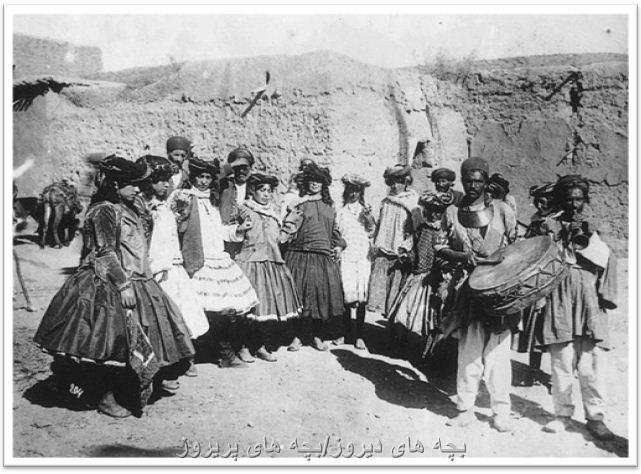 چهره و پوشاک دو رقاصه و مطرب در دوره قاجار
