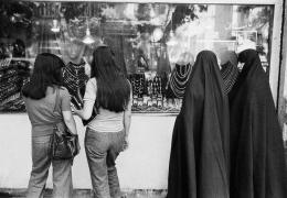 نقش اقتصاد غرب در نفی چادر در ایران